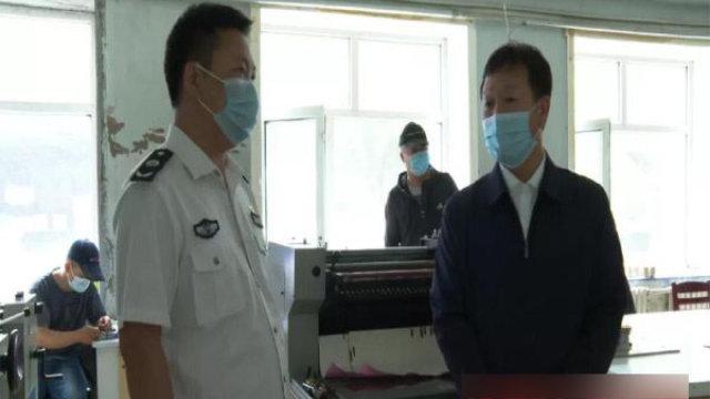 今年6月,內蒙古自治區鄂倫春自治旗政府在印刷廠檢查宗教書籍(網絡圖片)