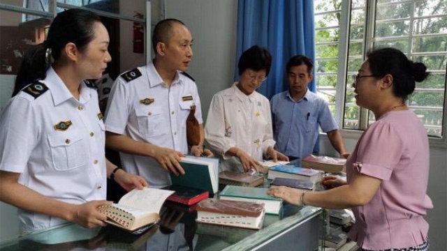 今年7月8日至10日,安徽省宣城市政府人員到教堂檢查宗教書籍(網絡圖片)