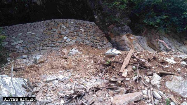 岩洞被砌成1米高的牆堵住
