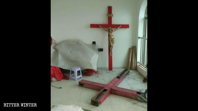 邢堤村一教堂拆下的十字架被堆在角落裡