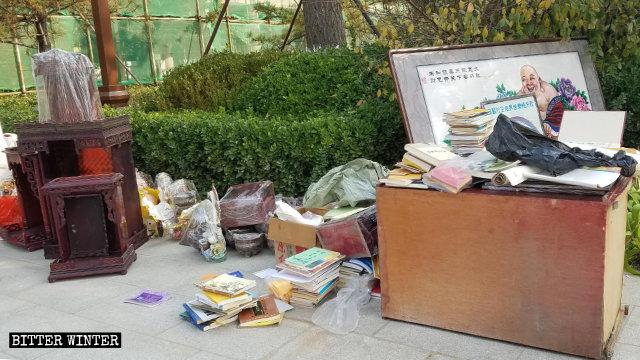 10月,政府人員在河北省廊坊市一處寺廟清出的佛教書籍